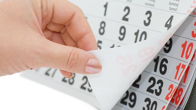 Рука перелистывает лист календаря